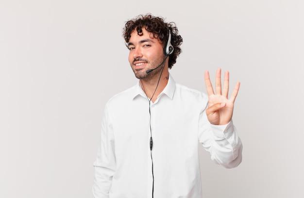 Télévendeur souriant et semblant amical, montrant le numéro quatre ou quatrième avec la main en avant, comptant à rebours