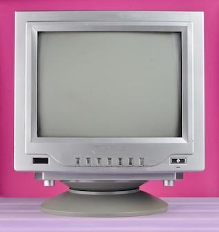 Télévision rétro des années 80 en gros plan.