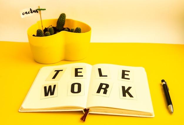 Telework texte avec cahier et stylo, cactus, travail à domicile