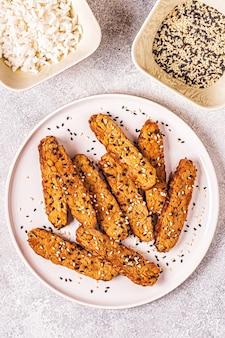 Tempeh frit aux graines de sésame, cuisine traditionnelle indonésienne.