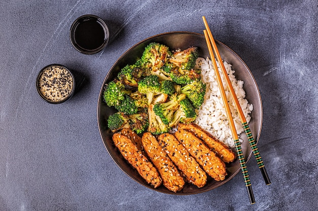 Tempeh frit avec riz et brocoli, cuisine traditionnelle indonésienne.