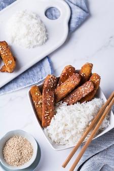 Tempeh ou tempe teriyaki frit, cuisine traditionnelle indonésienne. alimentation saine, aliments postbiotiques fermentés à base de soja