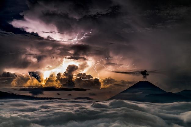 Tempête dans la mer avec le soleil apparaissant derrière les nuages