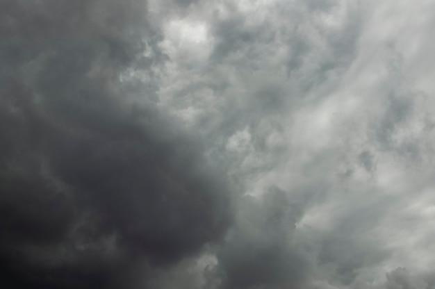 Tempête dramatique, temps pluvieux et nuageux. fond de météorologie naturelle tempête dramatique, temps pluvieux et nuageux. contexte de la météorologie naturelle. le paradis au brésil.