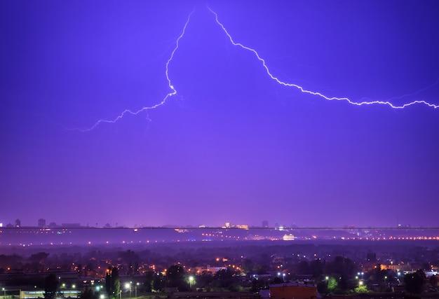 Tempête avec éclairs dans la ville. ciel dramatique de nuit noire avec des nuages