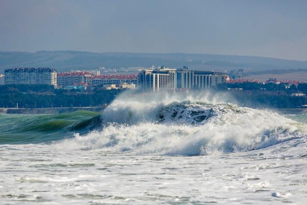Tempête forte et dangereuse dans la mer noire. belle et grosse vague de tempête par station balnéaire de gelendzhik, front de mer et phare.