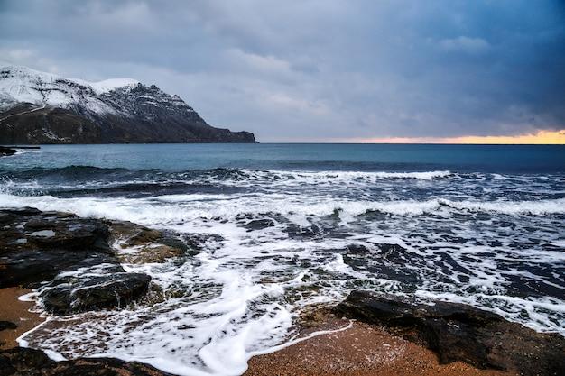 Tempête sur la mer en hiver par temps nuageux sur la côte de la montagne