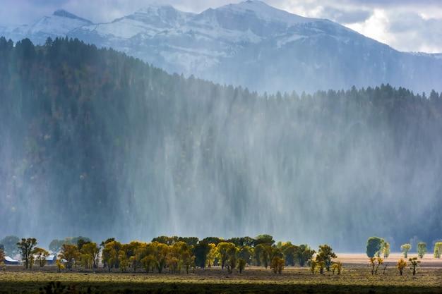 Tempête de neige balayant de la chaîne de montagnes grand teton