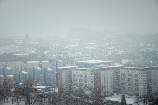 Tempête de neige d'hiver d'édimbourg dans le centre-ville. édimbourg, écosse