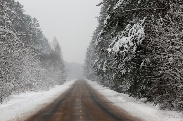 Tempête de neige sur la route en hiver