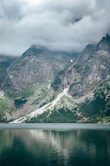 Tempête Nuageuse Sur Le Lac Reflétée Dans L'eau Photo Premium