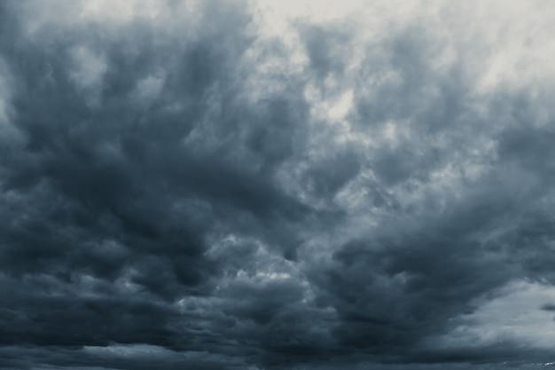 Tempête de pluie nuageux obscurité effrayant ciel en saison des pluies ton noir de couleur sombre.