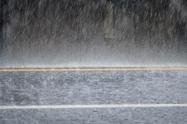 Tempête de pluie sur la route goudronnée