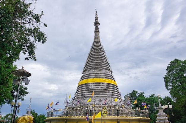 Ce temple en acier inoxydable a été construit au sommet de la montagne, khohong hill.