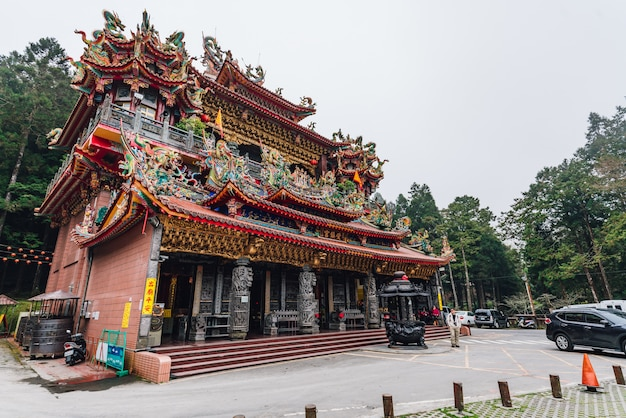 Temple alishan shouzhen: le plus grand temple d'alishan avec les touristes.