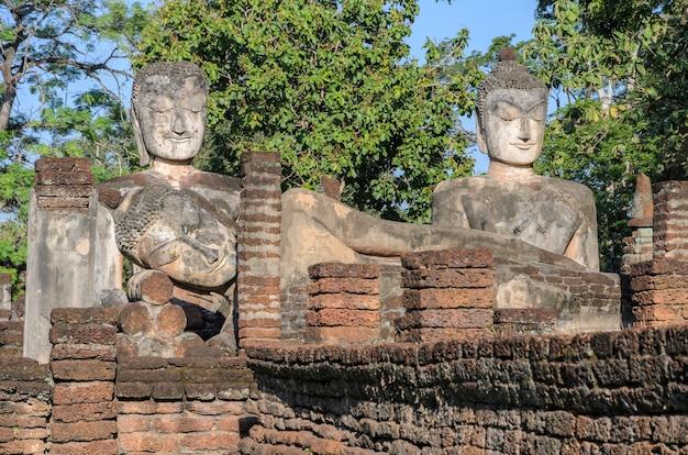 Temple antique et ruines dans le parc historique de kamphaeng phet, thaïlande