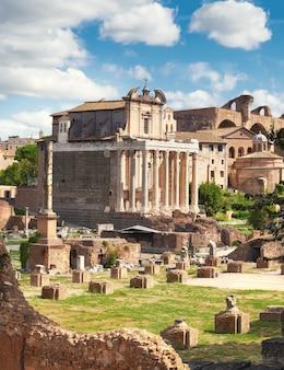 Le temple d'antonin et faustina, rome, italie