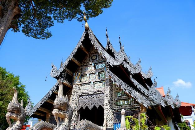 Temple d'argent décoré avec des matériaux de style thaïlandais lanna