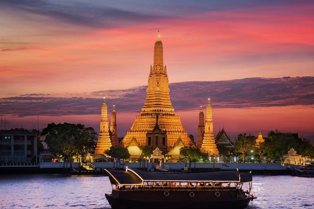 Temple d'arun avec coucher de soleil et bateau vintage boisé