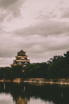 Temple asiatique en béton beige et noir