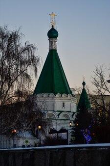 Temple blanc au coucher du soleil