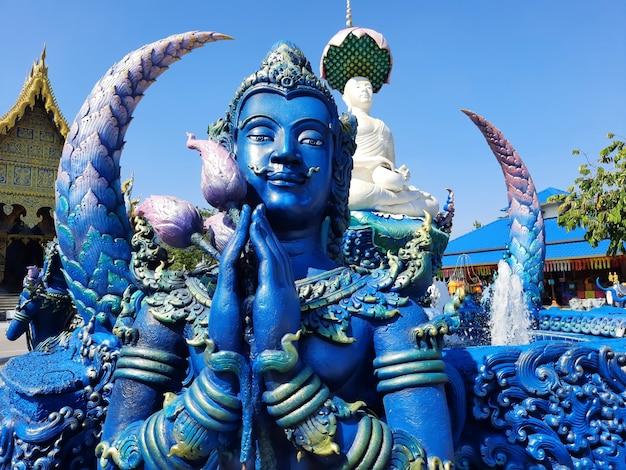 Temple bleu wat rong seur ten temple à chiang rai, thaïlande.