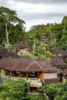 Temple en bois dans la jungle de l'île de bali.