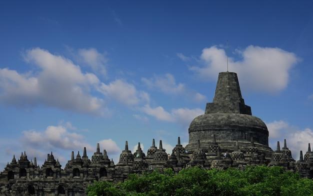Temple de borobudur contre le ciel bleu