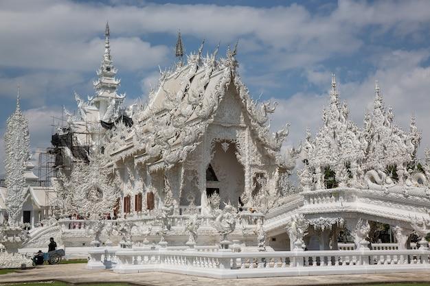 Temple bouddhiste blanc au laos