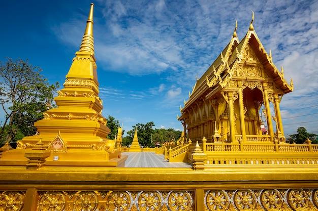 Temple couleur or belle architecture d'art à wat pluak ket rayong, thaïlande