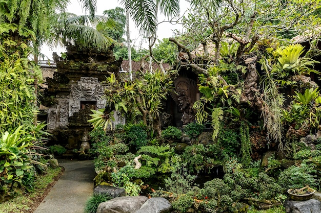 Temple dans la jungle de l'île de bali.