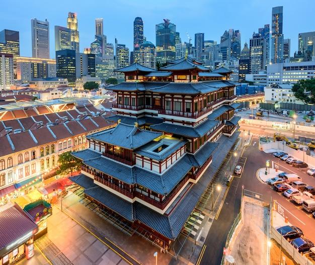 Le temple de la dent en relique du bouddha dans le quartier chinois de singapour