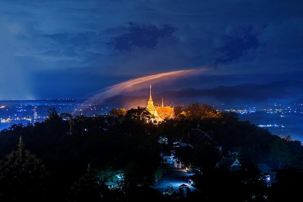 Temple doi saket au coucher du soleil bleu crépuscule