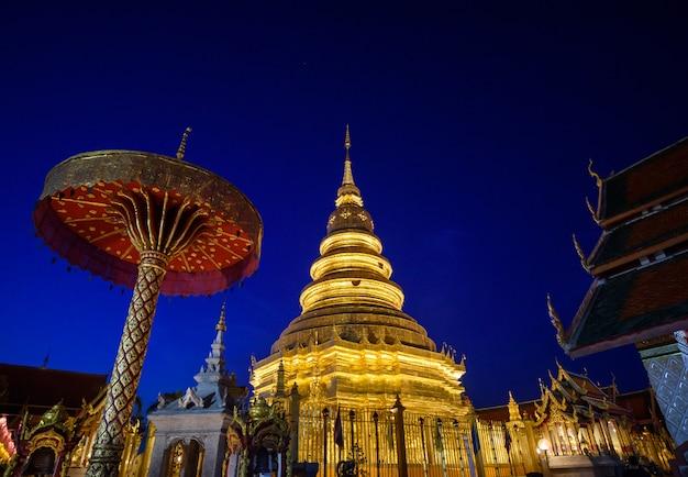 Temple de doi suthep dans le ciel bleu au crépuscule, chiang mai, thaïlande