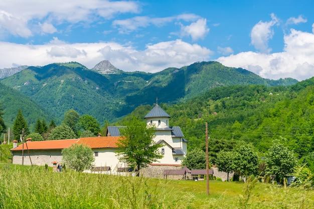 Le temple du monastère moraca est situé dans les canyons de la rivière