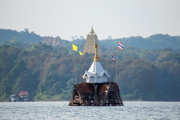 Temple englouti et clocher à sangkhlaburi, kanchanaburi, thaïlande