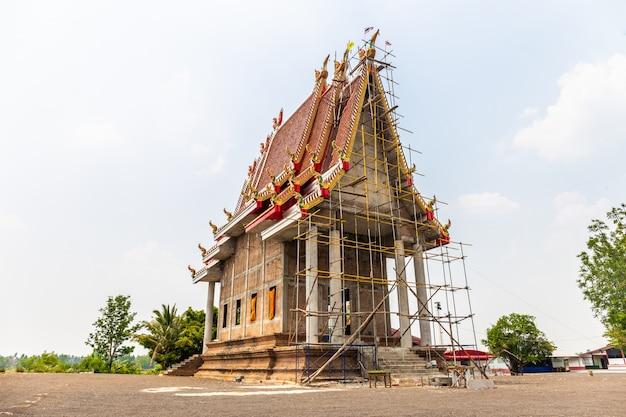 Temple est en construction dans la campagne en thaïlande