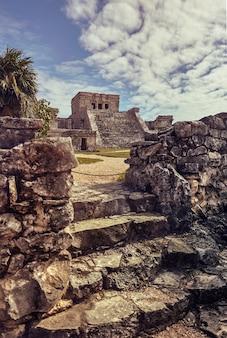 Temple des fresques dans le complexe maya de tulum, au mexique prises pendant le coucher du soleil.
