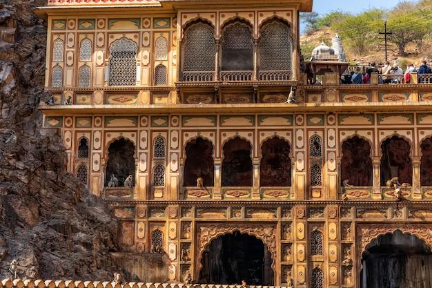 Temple de galta dans le complexe monkey temple, vue détaillée de la façade, l'inde, jaipur.