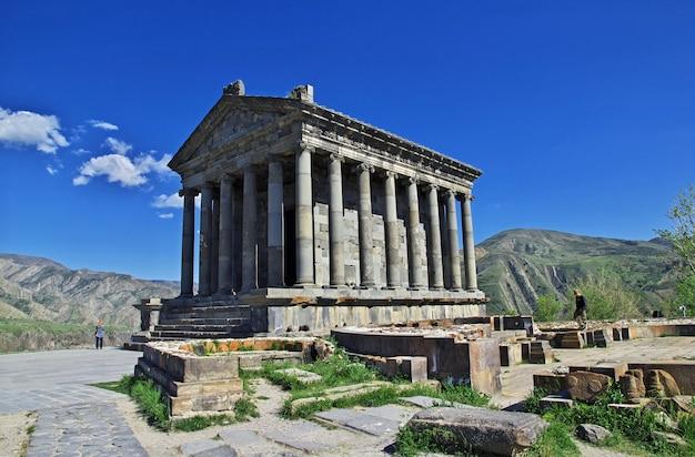 Temple de garni dans les montagnes du caucase, arménie