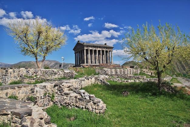 Temple de garni dans les montagnes du caucase
