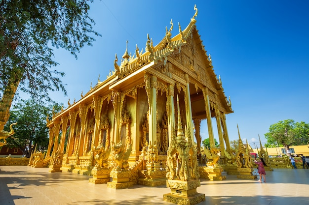 Le temple golden chapel de wat pak nam (joe low) est un temple bouddhiste