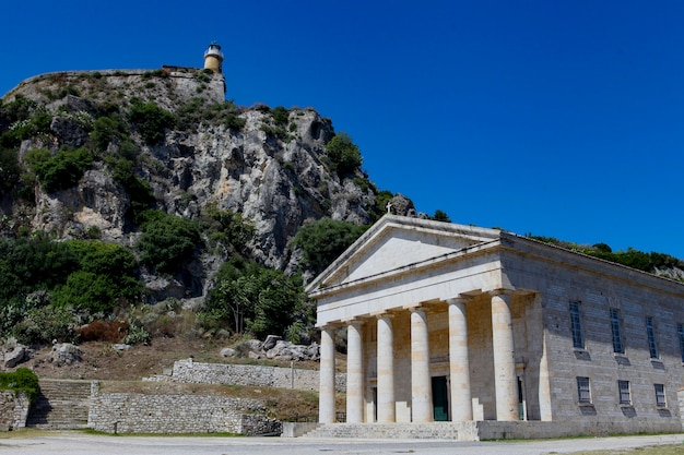 Temple grec antique semblable à l'île de corfou en grèce. vieux bastion grec - acropole de corfou pendant la journée.