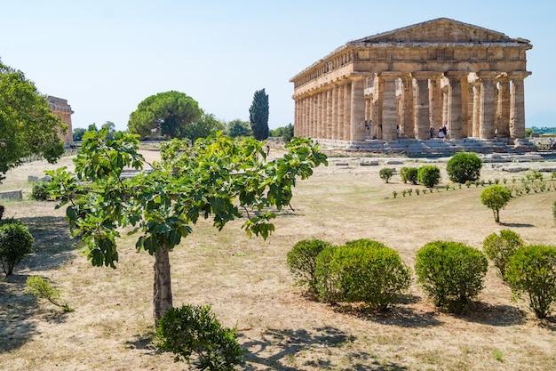 Temple grec classique sur les ruines de la ville antique de paestum, italie