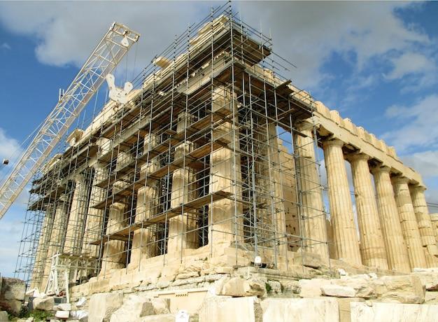 Le temple grec du parthénon en restauration, acropole d'athènes, grèce