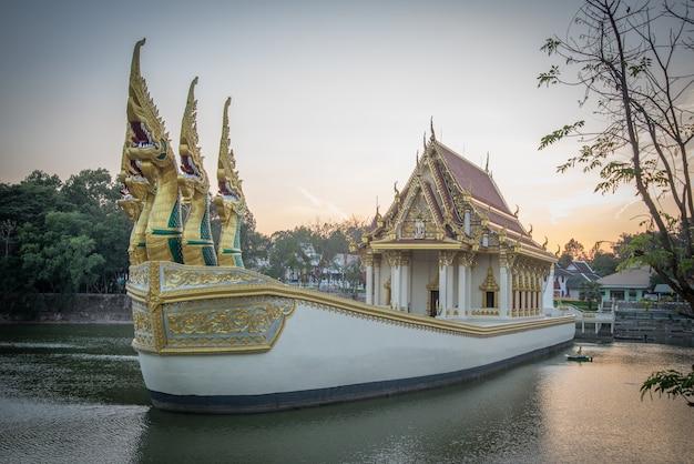 Temple sur un gros bateau.