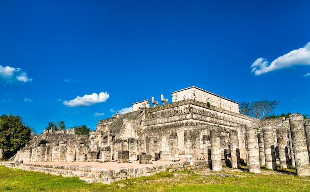 Le temple des guerriers à chichen itza. au yucatan, au mexique