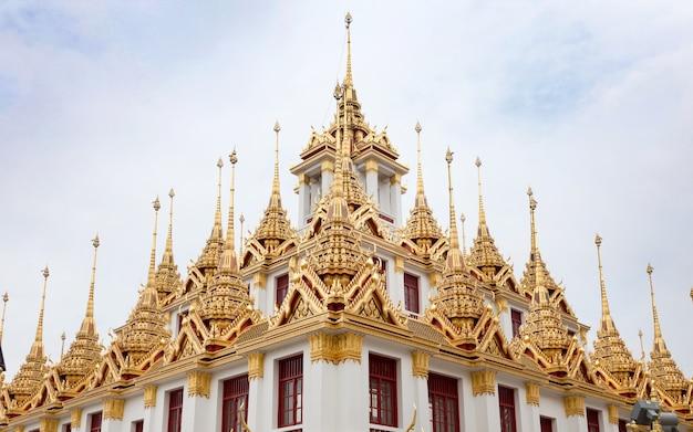 Temple historique de bankgok en thaïlande. à l'architecture dorée dans busddism religion