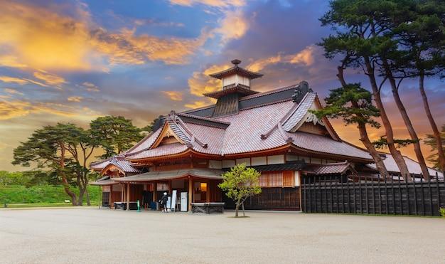 Temple japonais en été à hakodate, hokkaido, japon au coucher du soleil