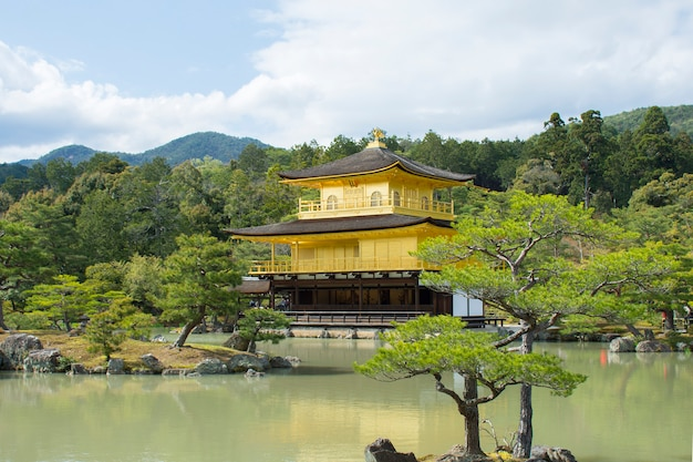 Temple kinkakuji (le pavillon d'or) à kyoto, japon